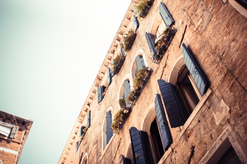 old-blue-wooden-windows-in-venice-italy_free_stock_photos_picjumbo_IMG_0499.jpg