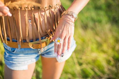 happy-girl-showing-a-daisy-in-her-hands_free_stock_photos_picjumbo_HNCK5502.jpg